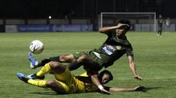 Bek Bhayangkara FC, Bagas Adi, berebut bola dengan Bek Tira Persikabo, Vava Mario, pada laga Shopee Liga 1 di Stadion PTIK, Jakarta, Sabtu (19/10). Bhayangkara menang 2-0 atas Tira Persikabo. (Bola.com/Yoppy Renato)