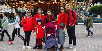 Seperti sejumlah selebriti lainnya, Ussy Sulistyawati dan Andhika Pratama juga mengajak anak-anaknya berlibur. Dan memilih Hong Kong sebagai destinasinya kali ini, berbagai momen spesial pun selalu dibagikan di media sosial. (Instagram/ussypratama)