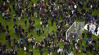 Suporter sepak bola berkumpul di lapangan menunggu izin keamanan untuk meninggalkan Stade de France di Saint-Denis, Paris, (13/11). Saksi mengatakan tiga ledakan terdengar di luar sebuah bar di dekat stadion Stade de France. (PHOTO/FRANCK FIFE)
