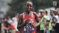 Pelari Bahrain Chelimo Rosa saat mengikuti lari maraton putri nomor 42 kilometer Asian Games 2018, Jakarta, Minggu (26/8). Chelimo Rosa berhasil merebut medali emas dengan catatan waktu 2 jam 34 menit 51 detik. (Merdeka.com/Iqbal S. Nugroho)