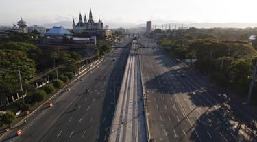 Pengemudi melintasi Commonwealth Avenue yang hampir kosong saat pemerintah menerapkan lockdown ketat untuk mencegah penyebaran COVID-19 pada Jumat Agung di Quezon, Filipina, Jumat (2/4/2021). Filipina memberlakukan lockdown untuk mengantisipasi peningkatan kasus COVID-19. (AP Photo/Aaron Favila)