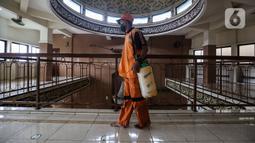 Petugas dari Kelurahan Keagungan menyemprotkan cairan disinfektan di dalam Masjid Jami Baitussalam, Jakarta Barat, Jumat (8/1/2020). Penyemprotan disinfektan di setiap sudut masjid yang sering digunakan oleh jemaah tersebut untuk mencegah penyebaran virus Corona COVID-19. (Liputan6.com/Johan Tallo)
