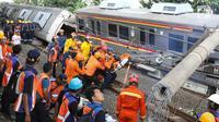 Petugas mengevakuasi gerbong KRL yang anjlok di Kebon Pedes, Bogor, Jawa Barat, Minggu (10/3). Belum diketahui penyebab pasti anjloknya kereta. (Liputan6.com/Immanuel Antonius)