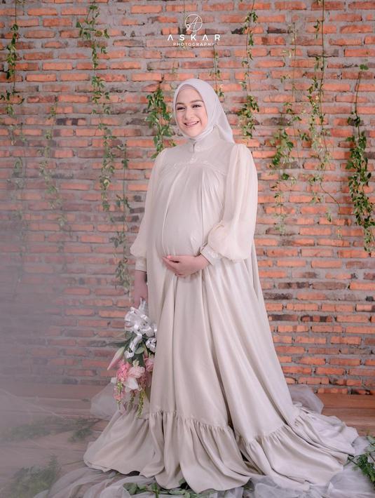 Kabar bahagia datang dari artis cantik Nina Zatulini. Pasalnya, ia telah melahirkan anak ketiga yang berjenis kelamin  perempuan. Nina berbagi kebahagiaan ini dengan mengunggah foto sang bayi di akun Instaggramnya. (instagram/ninazatulini22)