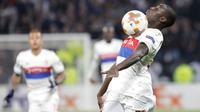 Pemain Olympique Lyonnais, Ferland Mendy berusaha mengendalikan bola pada laga Grup E Liga Europa melawan Everton di Stadion Stade de Lyon, Kamis (2/11). Everton harus menerima kekalahan besar 3-0 dari wakil Liga Prancis tersebut. (AP/Laurent Cipriani)