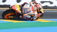 Pembalap Repsol Honda, Marc Marquez tampil sebagai yang tercepat dalam pemanasan MotoGP Prancis 2018 di Sirkuit Le Mans. (Jean-Francois MONIER / AFP)