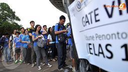 Antrian Para penonton kedua kesebelasan saat  memasuki areal dalam stadion GBK Jakarta.(Liputan6.com/Helmi Fithriansyah)