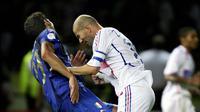 Pemain Prancis, Zinedine Zidane, menanduk bek Italia, Marco Materazzi, pada final Piala Dunia 2006. (Huffintonpost)