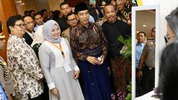 Presiden Joko Widodo atau Jokowi didampingi Menteri Perindustrian Airlangga Hartarto saat menghadiri pembukaan Muslim Fashion Festival (Muffest) Indonesia Tahun 2018 di JCC, Kamis (19/4). (Liputan6.com/Immanuel Antonius)