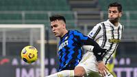 Striker Inter Milan, Lautaro Martinez (kiri) berebut bola dengan gelandang Juventus, Rodrigo Bentancur dalam laga lanjutan Liga Italia Serie A 2020/21 pekan ke-18 di San Siro Stadium, Minggu (17/1/2021). Inter Milan menang 2-0 atas Juventus. (AFP/Miguel Medina)