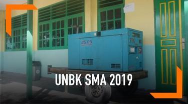 Siswa di Kabupaten Timika, Papua menjalankan UNBK Bahasa Indonesia. Pihak sekolah menyiapkan genset sebagai langkah pencegahan jika terjadi gangguan listrik.