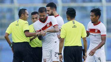 FOTO: PSM Makassar Lolos ke Perempatfinal usai Bermain Imbang 2-2 dengan Borneo FC - Diego Michiels; Wasit Asep Yandis
