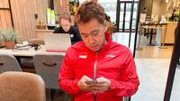 Pemain Indonesia, Marcus Fernaldi Indonesia, menikmati makan dengan menu ala Tanah Air yang dikirim KBRI di Finlandia, menjelang Piala Sudirman 2021, Jumat (24/9/2021). (PBSI)