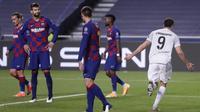 Para pemain Barcelona tampak lesu usai dibobol oleh striker Bayern Munchen, Robert Lewandowski, pada laga perempat final Liga Champions di Estadio da Luz, Sabtu (15/8/2020). Barcelona takluk 2-8 dari Bayern Munchen. (Manu Fernandez/POOL/AFP)