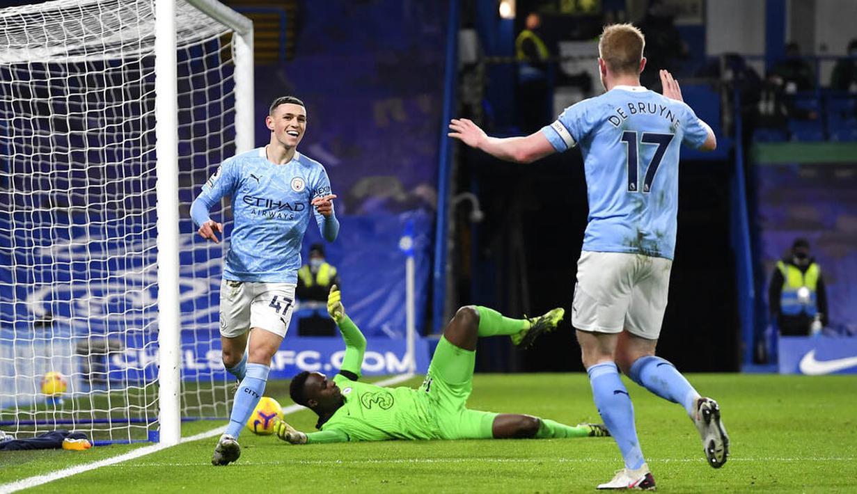 Pemain Manchester City, Phil Foden, melakukan selebrasi usai mencetak gol ke gawang Chelsea pada laga Liga Inggris di Stadion Stamford Bridge, Minggu (3/1/2021). City menang dengan skor 3-1. (AP Photo/Ian Walton/Pool)