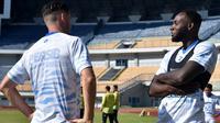 Geoffrey Castillion sudah bergabung dalam sesi latihan bersama tim di Stadion Gelora Bandung Lautan Api (GBLA), Kota Bandung, Jumat (21/8/2020). (Bola.com/Erwin Snaz)