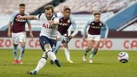 Striker Tottenham Hotspur, Harry Kane melakukan eksekusi penalti yang berbuah gol kedua timnya ke gawang Aston Villa dalam laga lanjutan Liga Inggris 2020/2021 pekan ke-29 di Villa Park, Minggu (21/3/2021). Tottenham menang 2-0 atas Aston Villa. (AP/Tim Keeton/Pool)