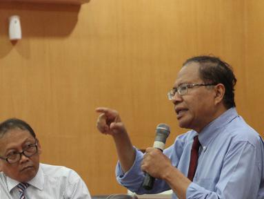 Tokoh Nasional Rizal Ramli memberi kuliah umum di Universitas Swadaya Gunung Jati, Cirebon, Selasa (8/5). Dihadapan mahsiswa, Rizal berharap pemerintah memperhatikan perekonomian bangsa yang ia anggap sudah lampu kuning. (Liputan6.com/Pool/Yasin)
