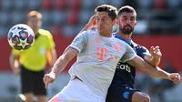 Penyerang Bayern Munchen, Robert Lewandowski, berebut bola dengan bek Marseille, Alvaro Gonzalez, pada laga persahabatan di Allianz Arena, Sabtu (1/8/2020) dini hari WIB. Bayern Munchen menang 1-0 atas Marseille. (AFP/Christof Stache/various sources)