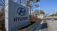 Pemandangan pintu masuk Pabrik Hyundai Motor Asan di Asan, selatan Seoul, Senin (10/2/2020). Pabrikan kendaraan Hyundai Motor terpaksa menghentikan produksinya di Korea Selatan, basis manufaktur terbesarnya, karena kekurangan pasokan suku cadang dari China akibat virus corona. (Yelim LEE/AFP)
