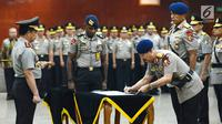Kapolri Jenderal Tito Karnavian (kiri) menyaksikan Komandan Korps Brigade Mobil (Dankorbrimob) Irjen Pol Ilham Salahudin menandatangani dokumen saat sertijab di Jakarta, Kamis (24/1). (Merdeka.com/Imam Buhori)