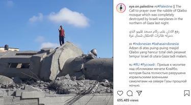 Muazin Adzan di atas reruntuhan masjid