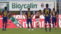 Pemain AC Milan Hakan Calhanoglu  mencetak gol ke gawang AS Roma pada laga Serie A di Stadion San Siro, Minggu (28/6/2020). AC Milan menang 2-0 atas AS Roma. (AP/Luca Bruno)