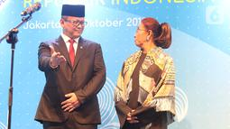 Edhy Prabowo mempersilahkan Susi Pudjiastuti menyampaikan sambutan pada acara serah terima jabatan (Sertijab) Menteri Kelautan dan Perikanan di Kantor KKP, Jakarta, Rabu (23/10/2019). Edhy menggantikan Susi Pudjiastuti pada Kabinet Indonesia Maju periode 2019-2024. (Liputan6.com/Herman Zakharia)