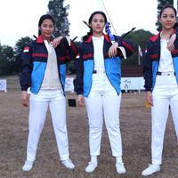 Tara Basro (sebagai Kusuma Wardhani), Chelsea Islan (sebagai Lilis Handayani), dan Bunga Citra Lestari (sebagai Nurfitriyana) dalam film '3 Srikandi'.(Galih W. Satria/Bintang.com)