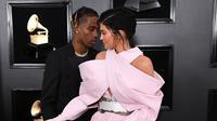 Kylie Jenner dampingi Travis Scott di red carpet Grammy Awards 2019.  (Jon Kopaloff / GETTY IMAGES NORTH AMERICA / AFP)