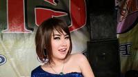 Ami Arnika, salah satu ratu goyang pantura terus berinovasi dari musik sampai aksi panggung (Liputan6.com / Panji Prayitno)