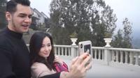 Asmirandah dan Jonas Rivanno (Dok.YouTube/Jalan Jajan Vandah)