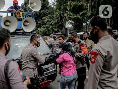 Polisi Berhentikan Mobil Komando di Sekitar DPR