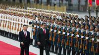 Presiden China Xi Jinping menyambut kedatangan Presiden Venezuela Nicolas Maduro di Beijing (AFP)