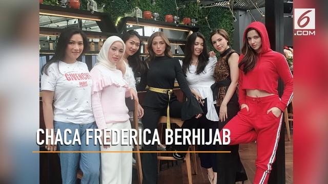 Baru-baru ini Chacha Frederica mengunggah foto dirinya yang telah berhijab dengan Girl Squad