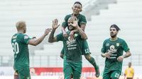 Persebaya saat selebrasi gol ke gawang PSM di Stadion Batakan, Balikpapan (14/11/2019). (Bola.com/Aditya Wany)