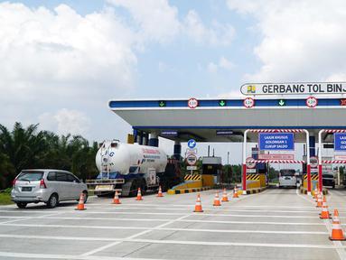 Suasana gerbang tol Binjai yang masih dalam proyek pembangunan Jalan Tol Medan - Binjai seksi I di Deli Serdang, Sumatera Utara, Rabu (6/3). Jalan Tol tersebut akan beroperasi pada akhir Tahun 2019. (Liputan6.com/HO/Eko)