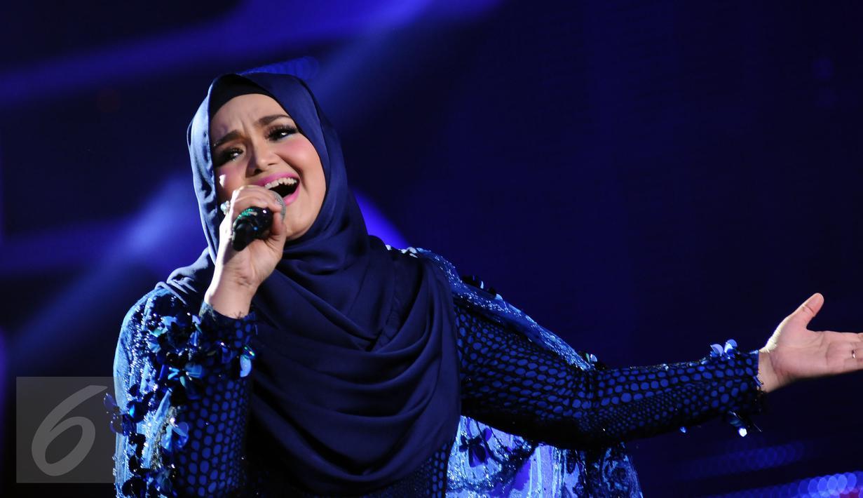 Penyanyi asal Malaysia, Siti Nurhaliza saat tampil di Konser Kemenangan D2 Academy Asia di Studio 5 Indosiar, Jakarta, Kamis (29/12). Siti juga menjadi komentator penampilan para finalis D2 Academy Asia. (Liputan6.com/Helmi Fithriansyah)