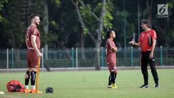 Pelatih Persija, Stefano Cugurra (kanan) berbincang dengan Riko Simanjuntak saat latihan jelang laga kedua Semifinal Zona Asia Tenggara Piala AFC 2018 melawan Home United di Lapangan A Kompleks GBK, Jakarta, Senin (14/5). (Liputan6.com/Helmi Fithriansyah)