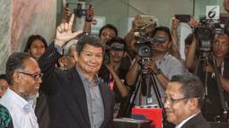 Penanggung jawab tim hukum Prabowo-Sandi, Hashim Djojohadikusumo memberikan salam kepada media saat mendaftarkan gugatan sengketa hasil Pilpres 2019 di Mahkamah Konstitusi, Jakarta, Jumat, (24/5/2019). Tim Hukum Prabowo-Sandiaga mengajukan 51 bukti dokumen dan saksi.(Www.sulawesita.com)