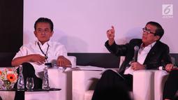 Menkumham Yasonna Laoly (kanan) bersama Chandra M. Hamzah dalam AHP Business Law Forum 2018 di Jakarta, Selasa (24/4). Tidak sempurnanya penerapan hukum perdata menimbulkan biaya tinggi yang harus ditanggung pihak bersengketa. (Liputan6.com/Angga Yuniar)