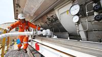 Petugas melakukan pengisian LNG dari Plant 26 di area kilang LNG Badak, Kaltim, Rabu (28/10). Pertagas terus melakukan terobosan dalam bisnis LNG yaitu dengan menggarap potensi pasar ritel LNG di Kalimantan.  (Liputan6.com/Immanuel Antonius)