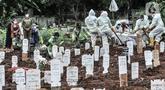 Petugas mengenakan APD lengkap saat proses pemakaman jenazah dengan protokol Covid-19 di TPU Bambu Apus, Jakarta, Kamis (28/1/2021). Pemprov DKI menyiapkan 6 lokasi baru untuk pemakaman jenazah pasien Covid-19 dengan total kapasitas 17.900 petak makam. (merdeka.com/Iqbal S Nugroho)
