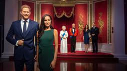 Patung lilin Pangeran Harry dan Meghan Markle dipindahkan dari barisan patung Keluarga Kerajaan Inggris di Madame Tussauds London, Kamis (9/1/2020). Penarikan itu sebagai tanggapan atas pengumuman pasangan itu mundur sebagai anggota senior keluarga kerajaan Inggris. (Victoria Jones/PA via AP)