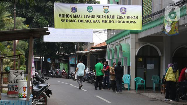 Spanduk pemberlakuan mikro lockdown terlihat di Jalan As-Syafiiyah, Cipayung, Jakarta Timur, Jumat (21/5/2021). Kawasan tersebut memberlakukan mikro lockdown serta tes usap PCR secara massal. (Liputan6.com/Herman Zakharia)
