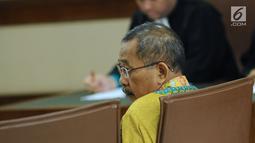 Ketua Pengadilan Tinggi Manado, Sudiwardono mengikuti sidang perdana di Pengadilan Tipikor, Jakarta, Rabu (28/2). Sudiwardono didakwa menerima suap dari Aditya A Moha untuk memengaruhi putusan banding Marlina M Siahaan. (Liputan6.com/Helmi Fithriansyah)