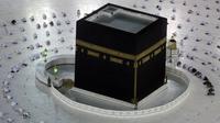 Jemaah umrah menerapkan jaga jarak untuk membantu mengekang penyebaran virus corona COVID-19 saat sholat mengelilingi Ka'bah pada awal bulan suci Ramadhan di Masjidil Haram, Mekkah, Arab Saudi, Senin (12/4/2021). (AP Photo/Amr Nabil)