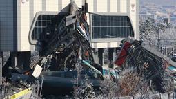 Penampakan kecelakaan kereta di Ankara, Turki, Kamis (13/12). Puing-puing berat jembatan yang ditabrak jatuh ke atas dua gerbong kereta. (AP Photo/Burhan Ozbilici)