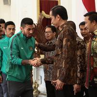 Presiden Jokowi bersalaman dengan Stefano Lilipaly saat menyambut kedatangan timnas Indonesia ke Istana Merdeka, Jakarta, Senin (19/12). Punggawa timnas Indonesia beserta tim sukses piala AFF memenuhi undangan makan siang. (Liputan6.com/Faizal Fanani)