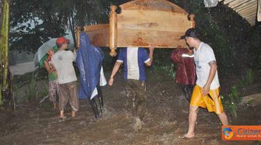 Citizen6, Jember: Warga Dusun Mandilis, Tempurejo terpaksa harus mengungsi untuk menghindari keganasan abrasi Sungai Mandilis yang semakin hari mendekat ke pemukiman penduduk, Rabu (13/4). (Pengirim: Sapto Raharjanto)